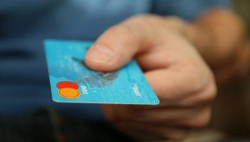 Vantagens e desvantagens de usar cartão de crédito em viagens